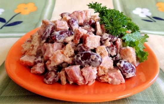 Салат с колбасой и фасолью в томатном соусе рецепт